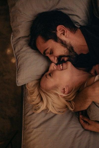 In amore gli opposti si attraggono: vero o falso? Nuove scoperte e stereotipi da sfatare