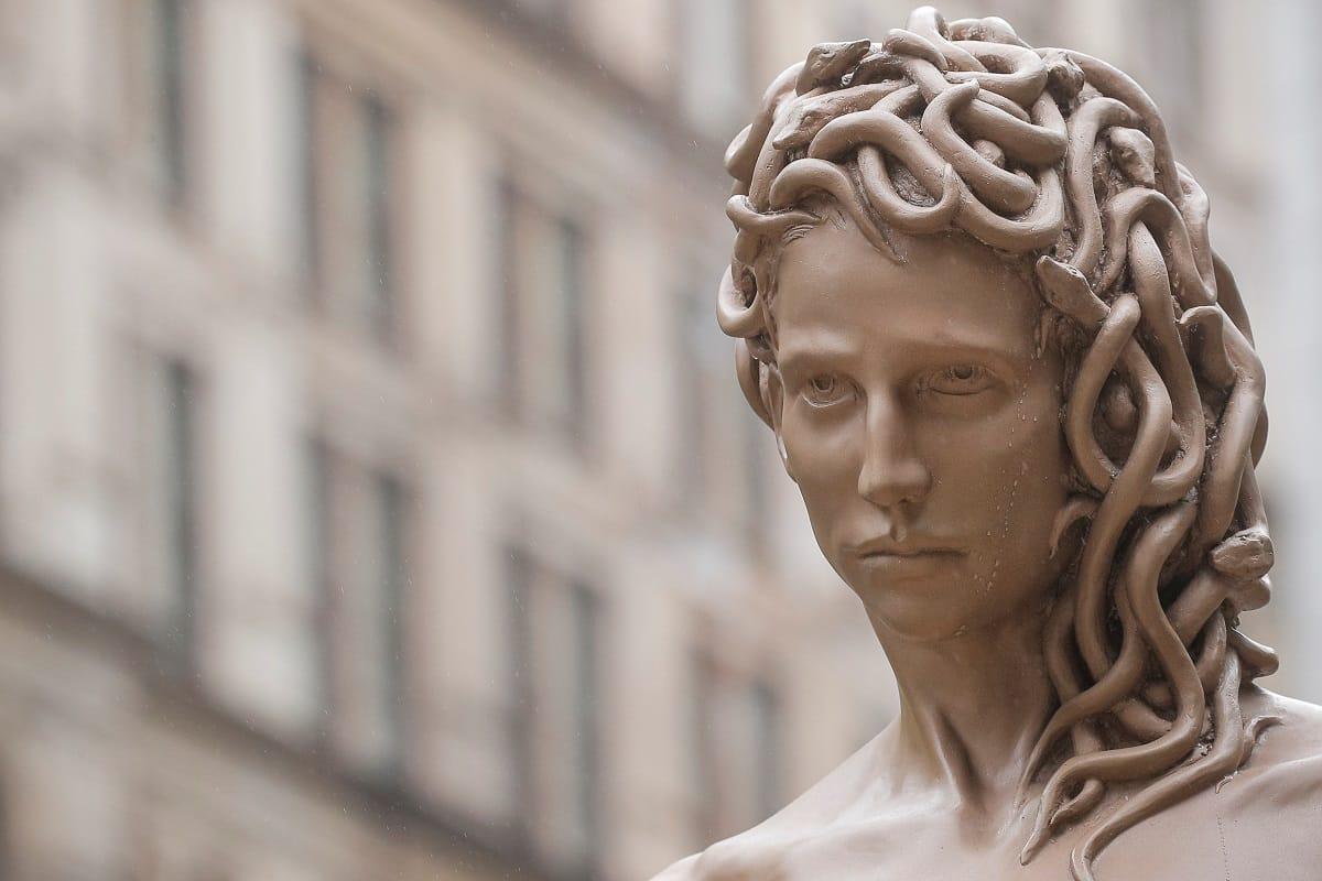 Critiche per la Medusa che uccide Perseo, simbolo del #metoo davanti al tribunale di Weinstein