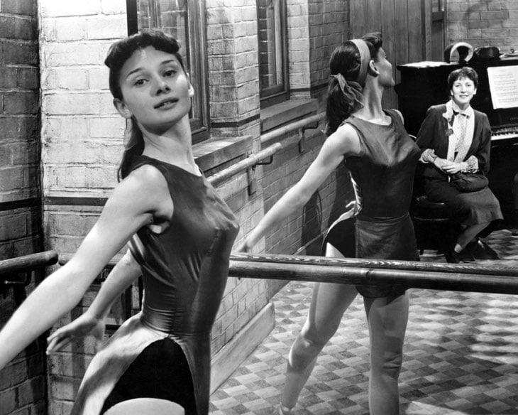 Audrey Hepburn si esercita alla sbarra, 1950 circa