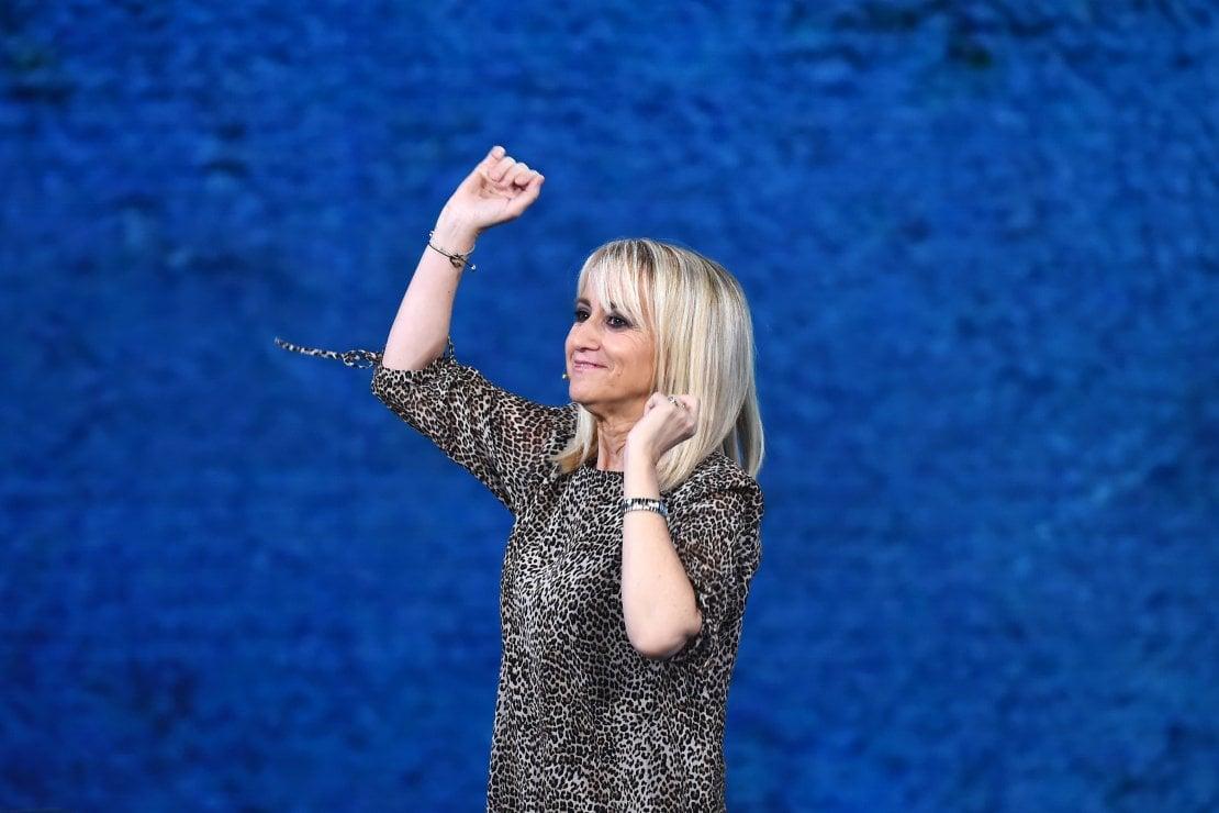 Luciana Litizzetto compie 56 anni: tanti auguri alla comica più irriverente della TV