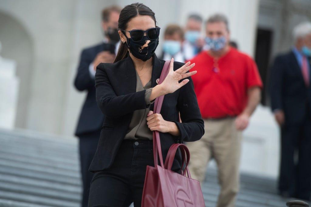 Alexandria Ocasio-Cortez indossa una Telfar bag versione large