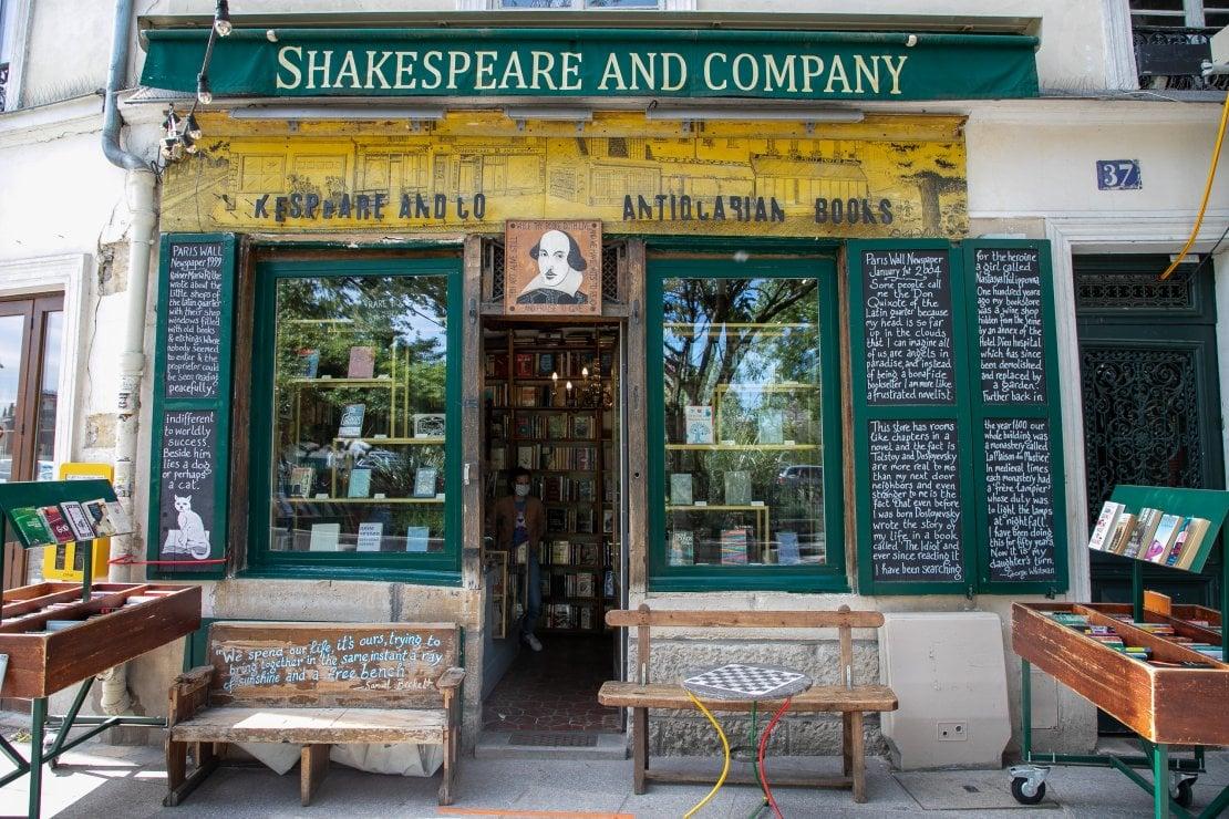 La libreria Shakespeare & Co. di Parigi chiede aiuto: la crisi dei luoghi del cuore