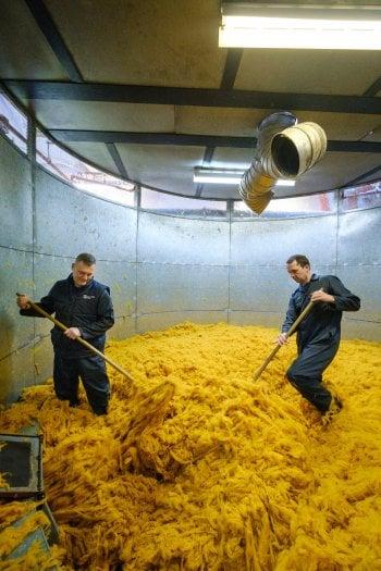 Una fase della lavorazione del cashmire nella tessitura Johnstons a Elgin, in Scozia (ph. Mike Wilkinson)