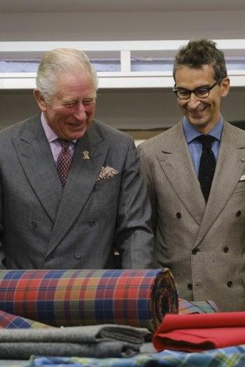 Il principe Carlo e Federico Marchetti visitano il laboratorio in cui sono stati realizzati i capi