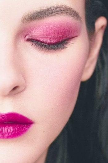 La top model Vittoria Ceretti con make up Chanel