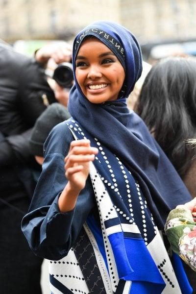 Halima Aden lascia la moda per i troppi compromessi sul suo hijab: ''Questa industria non è per noi''