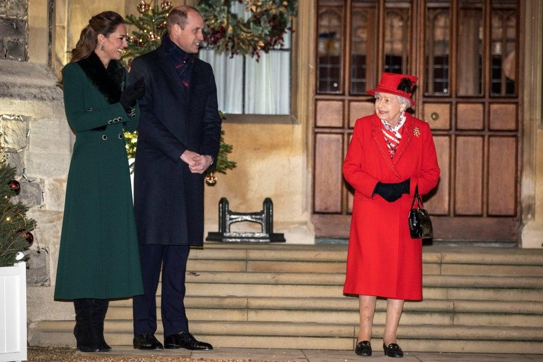 La regina Elisabetta II con i nipote William e la moglie, Catherine duchessa di Cambridge