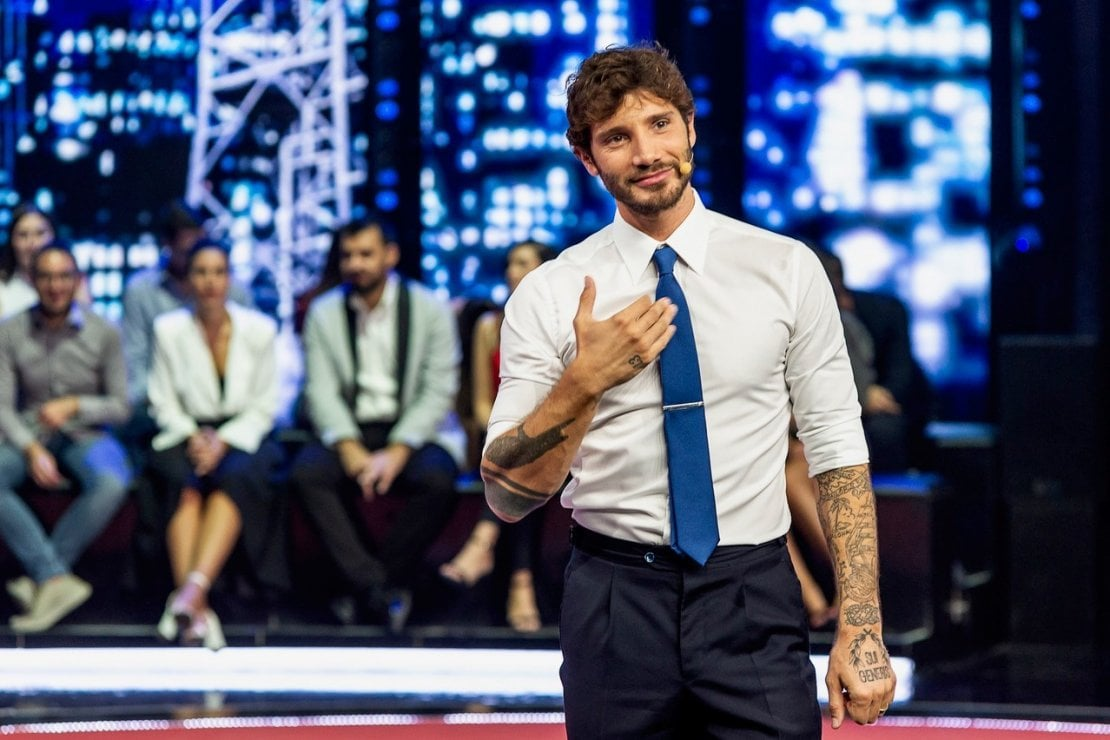 Stefano De Martino, un abbraccio con Santiago per beneficienza: Torneremo ad abbracciarci
