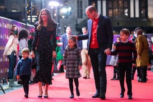 La famiglia dei duchi di cambridge sul red carpet del Palladium di Londra: da sinistra il principino Louis, Kate Middleton, Charlotte, il principe William e George