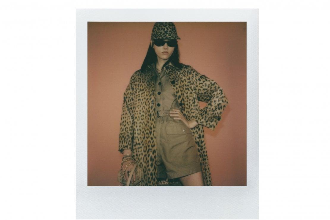 In questa e nelle immagini seguenti, la collezione fall 2021 di Dior fotografata da Maripol