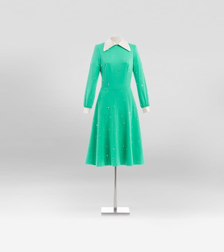 Upcycled by Miu Miu: abito da giorno anni '70 in crêpe di seta verde, personalizzato con colletto e polsini bianchi a contrasto e illuminato da cristalli all-over. Disponibile nella boutique Miu Miu Milano