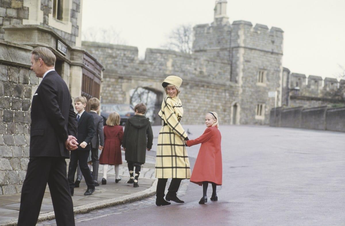 Dalla Regina vestita da uomo al veglione della Lollo: cartoline vintage del Natale dei famosi