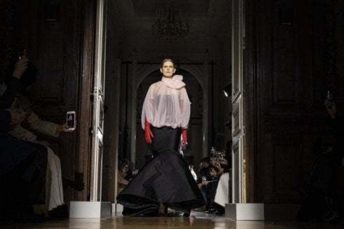 Stella Tennant sfila per Valentino a Parigi nel gennaio 2020. La top-model è scomparsa improvvisamente il 22 dicembre