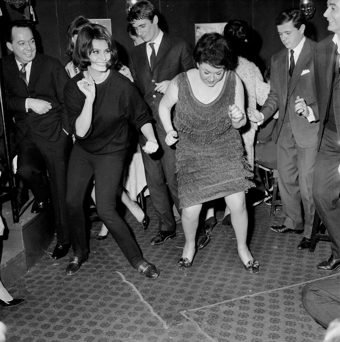 Régine e Sophia Loren ballano il twist, 1962