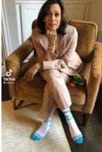 """Kamala Harris: """"The future is female"""". Il messaggio scritto sui calzini (di spugna)"""