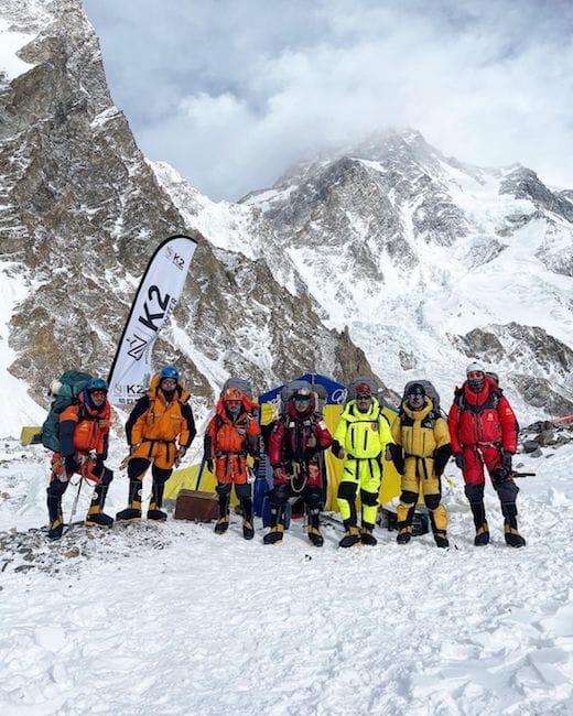 Save The Duck arriva in vetta grazie all'alpinista e sherpa Mingma Tenzi, il brand 100% animal free e cruelty free ha reso possibile l'impossibile: arrivare sulla vetta del K2 con un piumino interamente sostenibile.