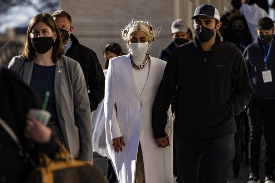 Lady Gaga lascia il Campidoglio mano nella mano con il fidanzato Michael Polansky