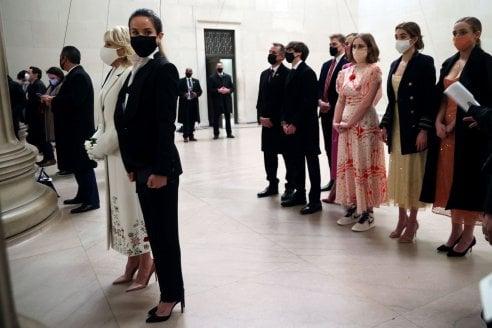 Inauguration night, Kamala Harris in nero, Jill Biden in bianco e tutti i look della serata