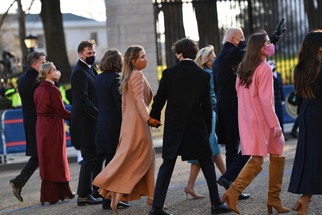 Il Presidente Joe Biden, sua moglie Jill e la famiglia percorrono il viale d'ingresso alla Casa Bianca nel giorno dell'Inaugurazione della Presidenza Biden - Harris