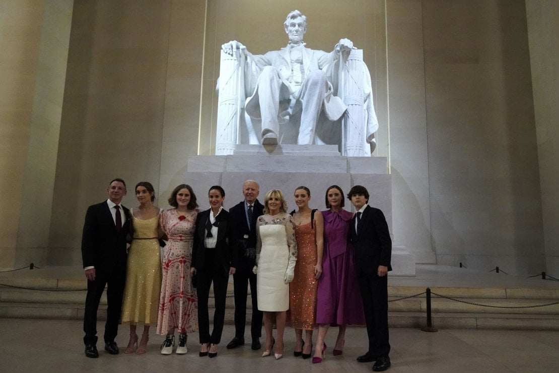 Il Presidente Joe Biden e la First Lady Jill Biden posano con la loro famiglia di fronte alla statua di Abramo Lincoln al Lincoln Memorial dopo la cerimonia di inaugurazione. Alla destra del presidente, in smoking, la figlia Ashley.