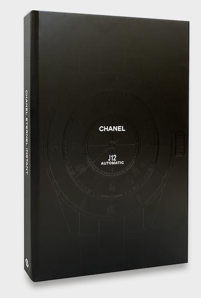 """La copertina del libro J12 Chanel """"Eternal Instant"""", con incisa la silhouette dell'orologio."""