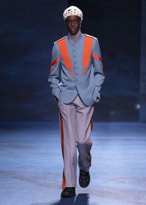 La sfilata Dior Men tra uniformi e capi quotidiani