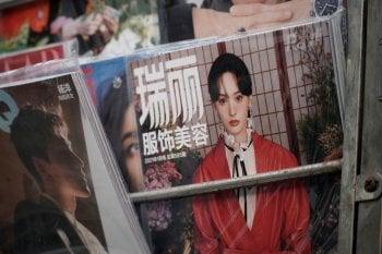 Maternità surrogata: lo scandalo travolge l'attrice Zheng Shuang. E Prada le cancella il contratto