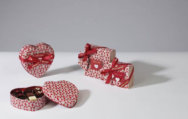 Armani/Dolci by Guido Gobino festeggia San Valentino 2021 con due praline limited edition, al cioccolato fondente 75% con ripieno delicatamente aromatizzato allo yuzu e al cioccolato al latte con ripieno di crema bianca alla nocciola, abbinate alle più classiche cioccolato bianco e fondente all'85%.