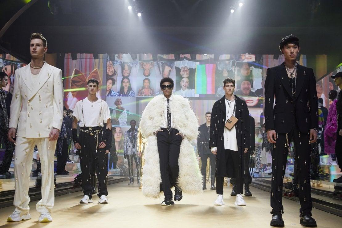 Tra TikTok, digitale e reale, gli uomini di Dolce&Gabbana riscoprono il piacere di vestirsi