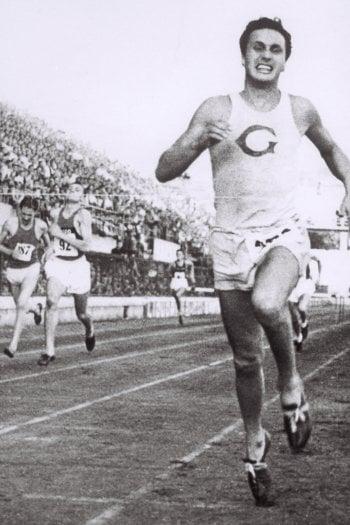 Ottavio Missoni vince la gara dei 400 mt ostacoli nel 1947