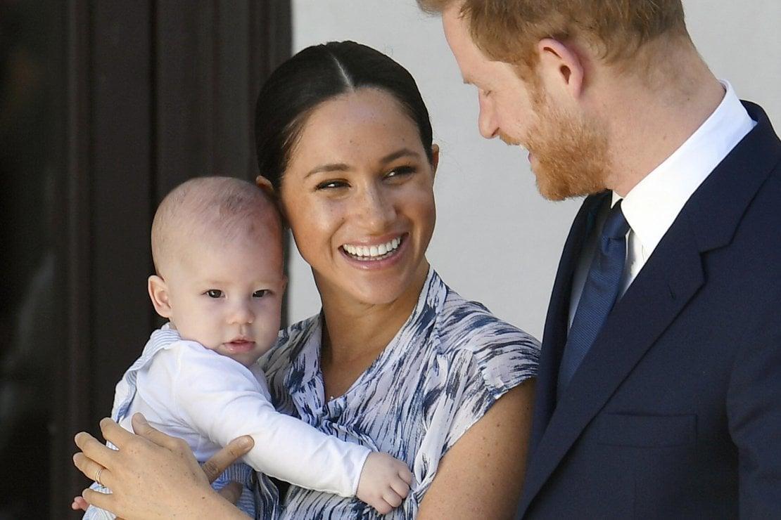 Una foto ufficiale dei Duchi di Sussex con Archie nel 2019