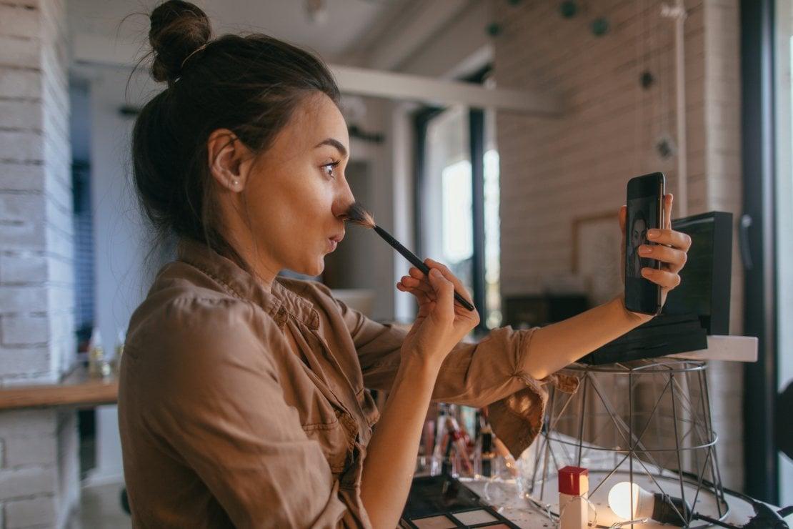 La guerra ai filtri Instagram nelle pubblicità di cosmetici