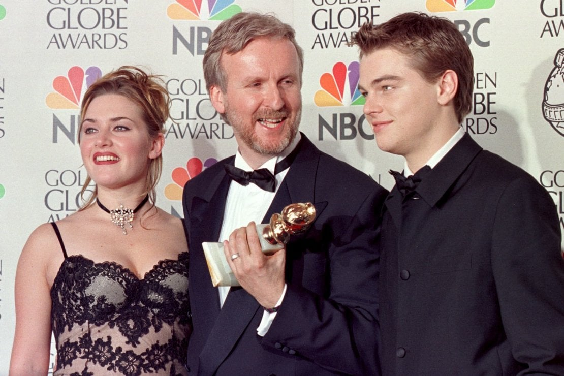 Kate Winslet cone James Cameron e Leonardo di Caprio ai Golden Globe quando Titanic vinse come Miglior Film Drammatico nel 1998. Foto Hal GARB/AFP via Getty Images