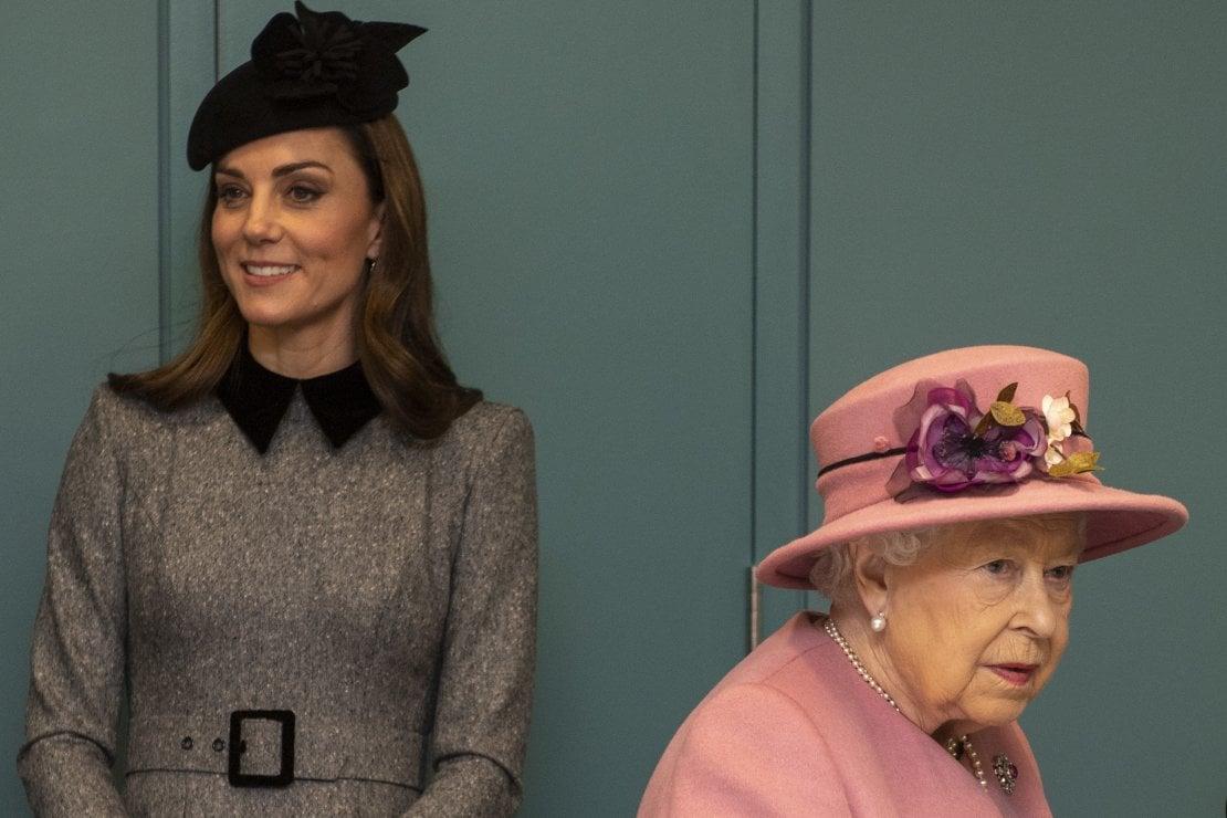 La regina e Kate Middleton: insieme in tv nello stesso giorno dell'intervista di Harry e Meghan con Oprah Winfrey