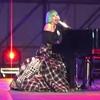 ''Born this way'', la gente canta con Lady Gaga