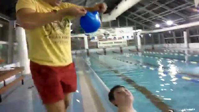 Come indossare subito la cuffia in piscina repubblica tv - Piscine usate subito it ...
