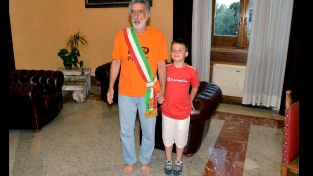 Messina, il sindaco si insedia a piedi scalzi