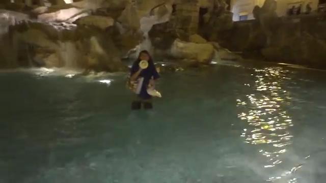 Paolini fa il bagno nella fontana di trevi repubblica tv la - Bagno nella fontana di trevi ...