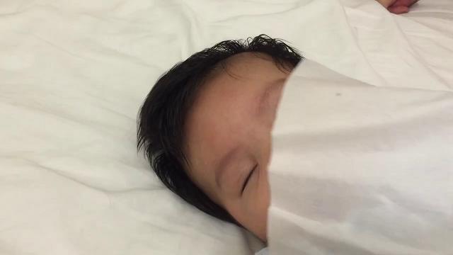 Come far dormire un bambino in 40 secondi? Vi basterà un fazzoletto di carta e il gioco è fatto (VIDEO)