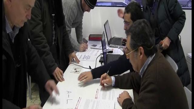 """Milano, si vota per le primarie: seggi aperti e primi """"exit poll"""""""