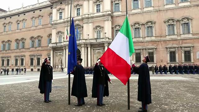 La cerimonia dell'alzabandiera a Modena