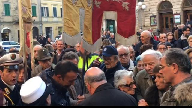 Atri, folla ai funerali del parroco don Enrico