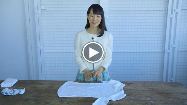 Come Piegare Un Maglione.Come Piegare Gli Abiti Il Video Tutorial Di Marie Kondo Video D