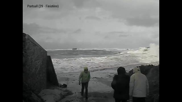 Francia, trascinata via dalle onde: coppia anziana salvata in extremis