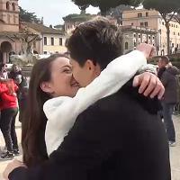 Roma, al flash mob dell'amore ci scappa anche la proposta