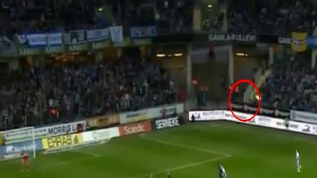 Svezia, petardo contro giocatore: lui scaglia bandierina contro tifosi