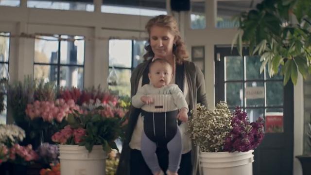 Non solo cuori e rose: il lato duro della maternità nello spot dedicato alle mamme