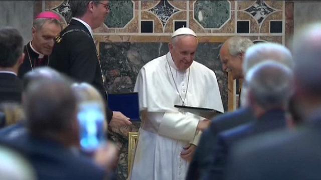 Vaticano: papa Francesco riceve il premio Carlo Magno