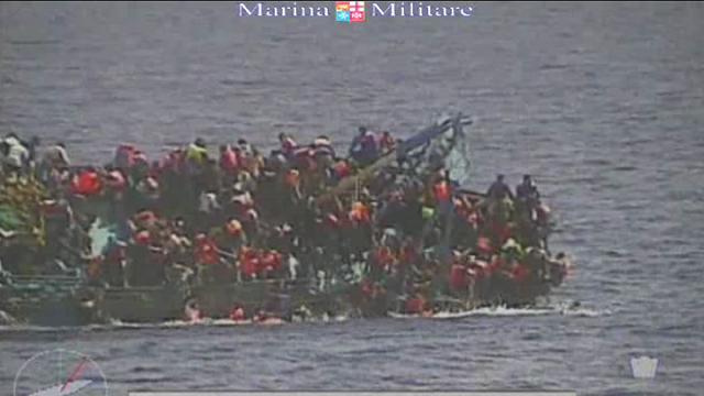 Canale di Sicilia: il ribaltamento del barcone nel video della Marina