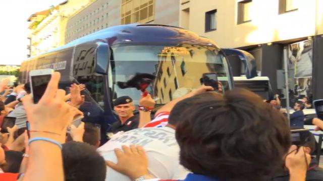 L'Atletico arriva a Milano tra una folla di tifosi